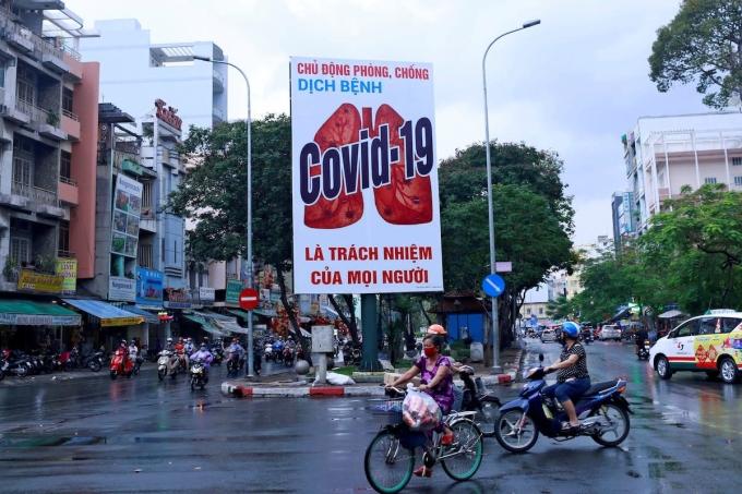 Với các biện pháp chống dịch hiệu quả, thời gian cách ly xã hội tại Việt Nam không kéo dài, đảm bảo cuộc sống sinh hoạt và sản xuất kinh doanh của người dân. Ảnh: Reuters
