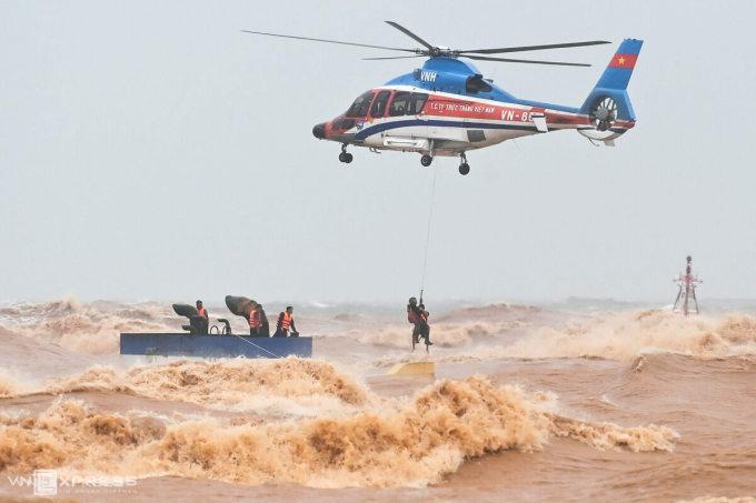 Trực thăng quân đội tham gia cứu hộ các thuyền viên trên tàu mắc cạn ở Quảng Trị, lúc 8h30 sáng 11/10. Ảnh: Giang Huy