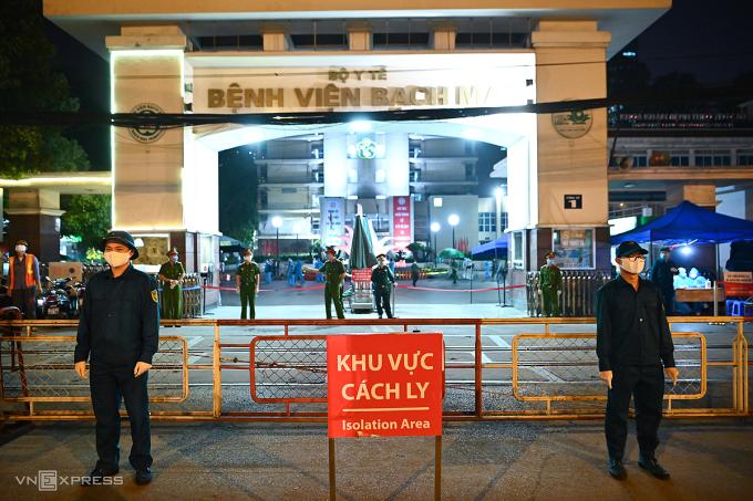 Đúng 0h ngày 12/4, hàng rào phong tỏa bệnh viện Bạch Mai được dỡ bỏ trong tiếng reo hò của hàng trăm nhân viên y tế. Bệnh viện phải cách ly từ ngày 28/3, sau khi phát hiện 8 ca dương tính nCoV gồm nhân viên bệnh viện, nhân viên dịch vụ thức ăn, bệnh nhân và người nhà. Vào lúc bắt đầu cách ly, trong bệnh viện còn hơn 700 bệnh nhân và nhân viên y tế. Ảnh: Giang Huy