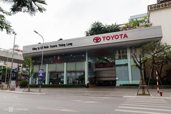 Một showroom Toyota trên đường Trần Đăng Ninh (Cầu Giấy) đóng cửa, chiều 28/3. Ảnh: Minh Quân
