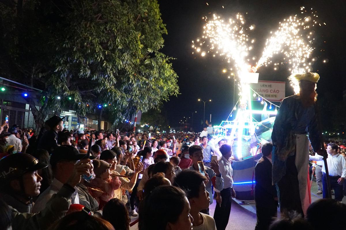 Giáo dân đi cà kheo trong đêm Giáng sinh