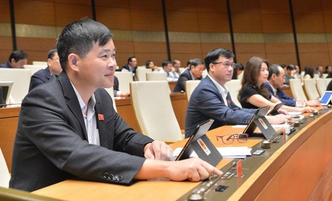 Đại biểu thông qua Luật, Nghị quyết tại kỳ họp thứ 10, Quốc hội khóa XIV. Ảnh: Trung tâm báo chí Quốc hội