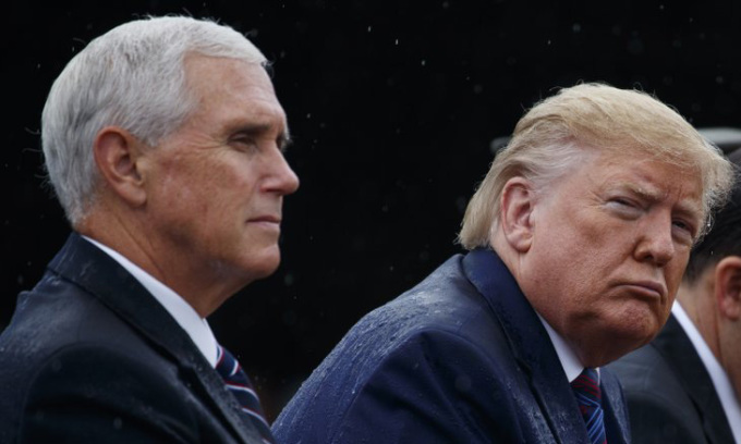 Tổng thống Mỹ Donald Trump (phải) và phó tướng Mike Pence trong sự kiện tại một căn cứ quân sự ở bang Virginia hồi tháng 9/2019. Ảnh: AP.
