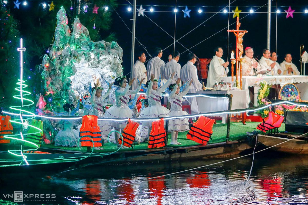 Thánh lễ Giáng sinh trên sông vùng lũ