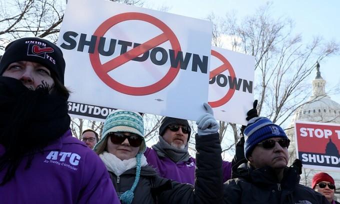 Nhân viên liên bang biểu tình phản đối chính phủ đóng cửa trước tòa quốc hội ở Washington tháng 1/2019. Ảnh: Reuters.