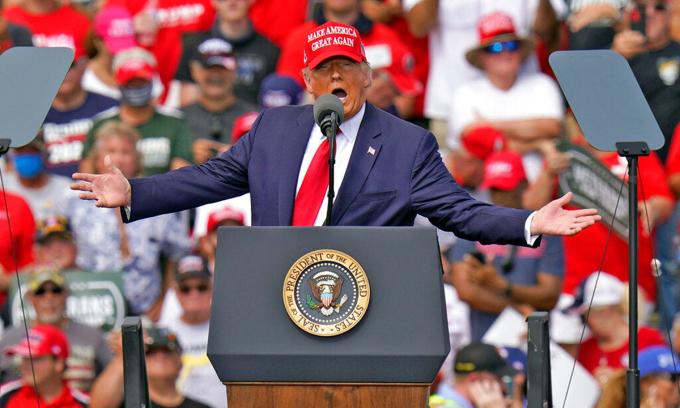 Tổng thống Donald Trump tại sự kiện vận động tranh cử ở thành phố Tampa, bang Florida hôm 29/10. Ảnh: AP.