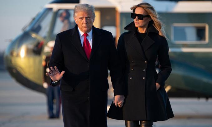 Tổng thống Mỹ Donald Trump và phu nhân Melania tại sân bay căn cứ không quân Andrews ở bang Maryland hôm 23/12. Ảnh: AFP.