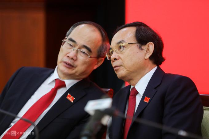 Ông Nguyễn Văn Nên - Bí thư Thành ủy TP HCM nhiệm kỳ 2020 - 2025 (phải) và ông Nguyễn Thiện Nhân - Nguyên Bí thư Thành ủy TP HCM tại Đại hội Đảng bộ TP HCM ngày 18/10. Ảnh: Quỳnh Trần.