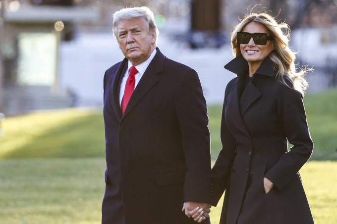 Tổng thống Mỹ và Đệ nhất phu nhân lên đường tới khu nghỉ dưỡng Mar-a-Lago hôm 23/12. Ảnh: AFP