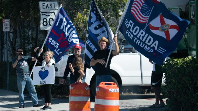 Người ủng hộ chào đón đoàn xe chở Trump ở West Palm Beach, Florida, hôm 27/12. Ảnh: AFP.