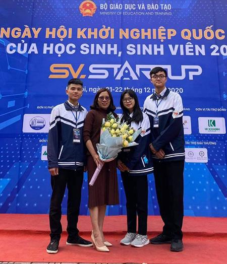 Long Hoàng Bảo (ngoài cùng bên trái sang), cô Bùi Thị Thùy Dung (thứ hai bên trái) cùng Quân và Minh. Ảnh: Nhân vật cung cấp