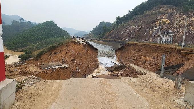 Con kênh bị gãy ngang thân khi đang vận hành khai thác nước từ hồ Cửa Đạt về hạ du. Ảnh: Lam Sơn.