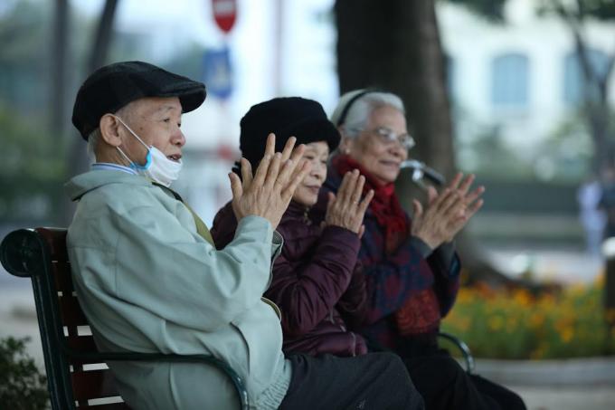 Người cao tuổi ở Hà Nội tập thể dục buổi sáng trong đợt rét giữa tháng 12/2020. Ảnh: Gia Chính