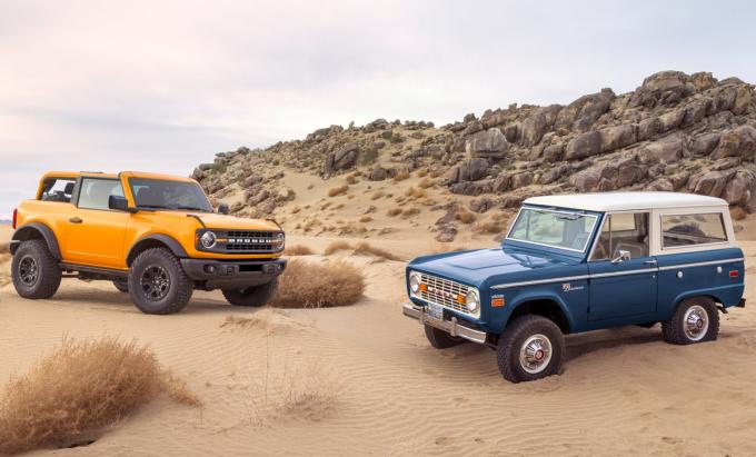 Bronco thế hệ mới (trái) và thế hệ đầu. Ảnh: Ford