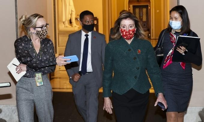 Chủ tịch Hạ viện Mỹ Nancy Pelosi rời phòng họp sau cuộc bỏ phiếu mức cứu trợ Covid-19 mới hôm 28/12. Ảnh: AFP.