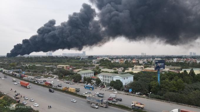 Cháy lớn dưới cầu Thanh Trì