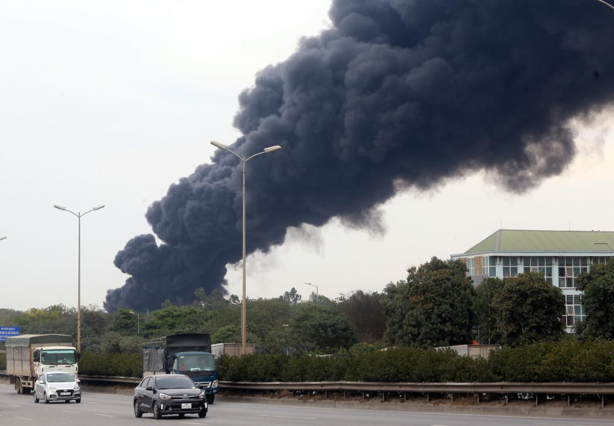 Hiện trường vụ cháy bãi phế liệu dưới cầu Thanh Trì