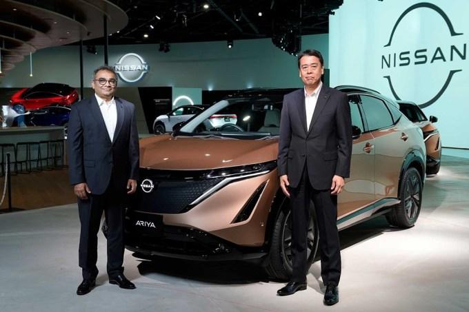 COO Ashwani Gupta (trái) và CEO Makoto Uchida bên cạnh chiếc CUV chạy điện Ariya. Ảnh: Carmagazine UK