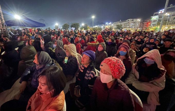 Người dân đổ ra đường đón năm mới