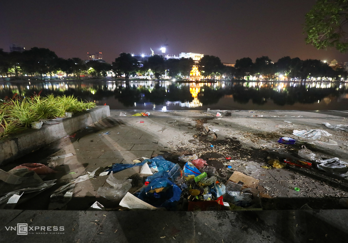 Rác ngập Hồ Gươm sau lễ đón năm mới