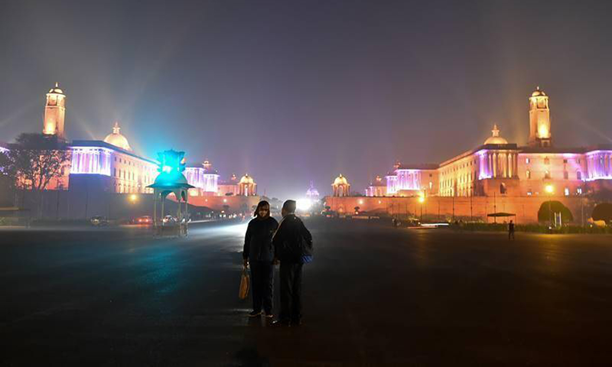 Cảnh đối lập trong bức tranhthế giới đón năm mới