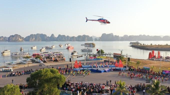 Chương trình kết hợp màn trình diễn của trực thăng và dù lượn. Ảnh: Minh Cương