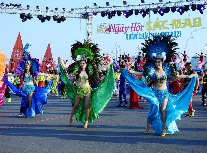 Các vũ công trong trang phục rực rỡ sắc màu. Ảnh: Minh Cương