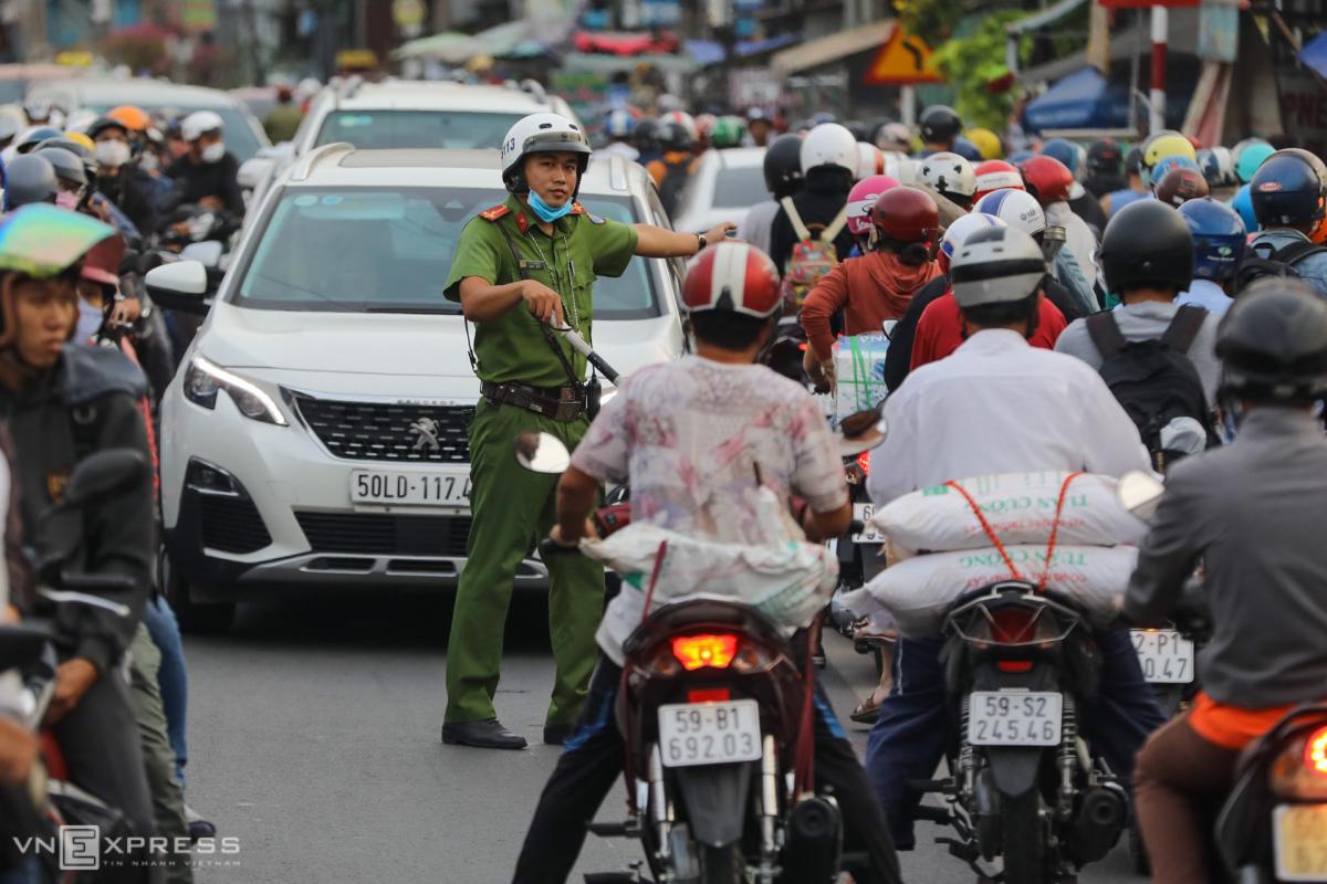Cửa ngõ Hà Nội, TP HCM ùn tắc nhiều giờ