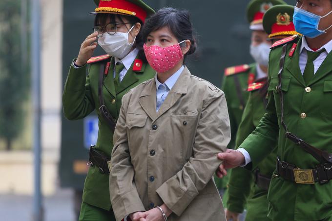 Bị cáo Nguyễn Thị Kim Anh bị dẫn giải đến toà sáng nay. Ảnh: Phạm Dự.