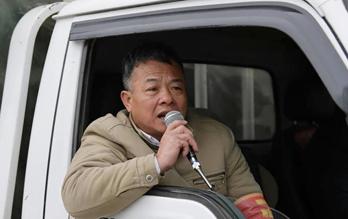 Ông Trần Văn Thơ, cán bộ tuyên truyền phường Sa Pa, thị xã Sa Pa, Lào Cai kêu gọi du khách không cho tiền, mua hàng của trẻ em. Ảnh: Hoàng Anh.