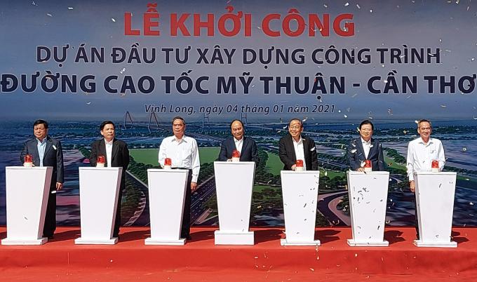 Thủ tướng Nguyễn Xuân Phú cùng các đại biểu thực hiện nghi thức khởi công dự án cao tốc Mỹ Thuận - Cần Thơ. Ảnh: Hưng Lợi