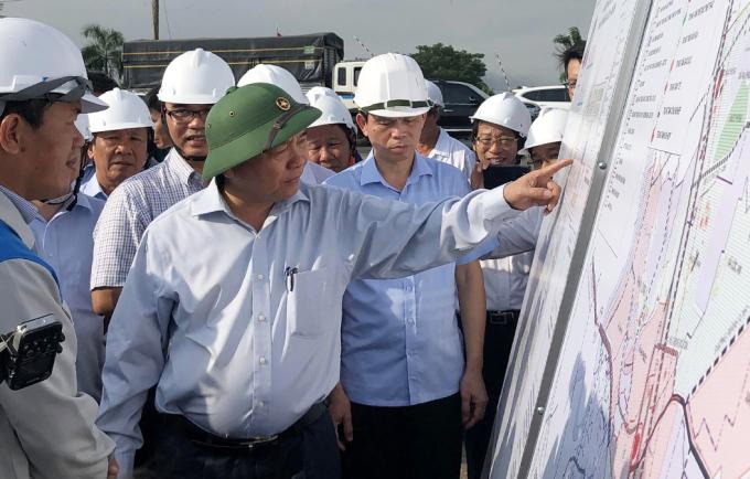 Thủ tướng Nguyễn Xuân Phúc thị sát Khu tái định cư Lộc An - Bình Sơn sáng 21/7. Ảnh: Phước Tuấn
