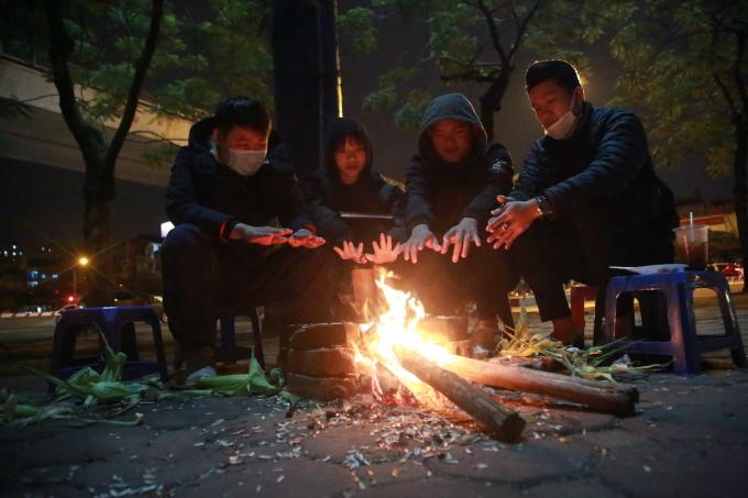 Người dân đốt sưởi trong đợt rét Tết Dương lịch. Ảnh: Gia Chính