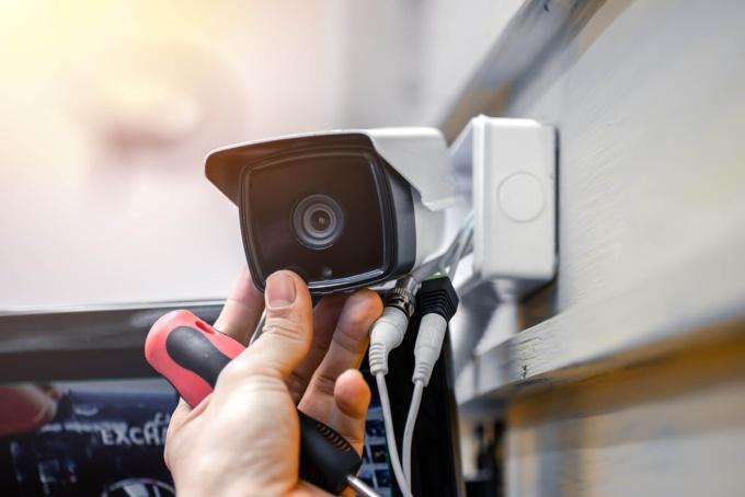 Camera có dây cần được nối với nguồn điện và mạng internet bằng dây. Ảnh: iStock.
