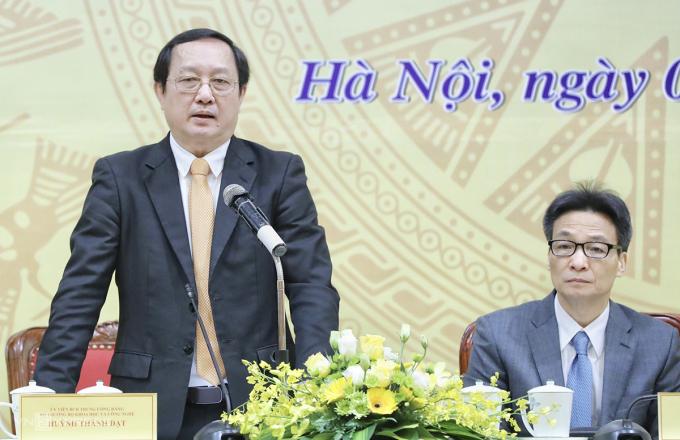 Phó Thủ tướng Vũ Đức Đam (bìa phải) và Bộ trưởng Huỳnh Thành Đạt điều hành hội nghị. Ảnh: Ngọc Thành.