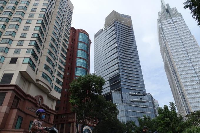 Khu vực vòng xoay tượng đài Trần Hưng Đạo, quận 1 có tới bốn tòa nhà cao tầng nằm sát nhau. Ảnh: Hà An.