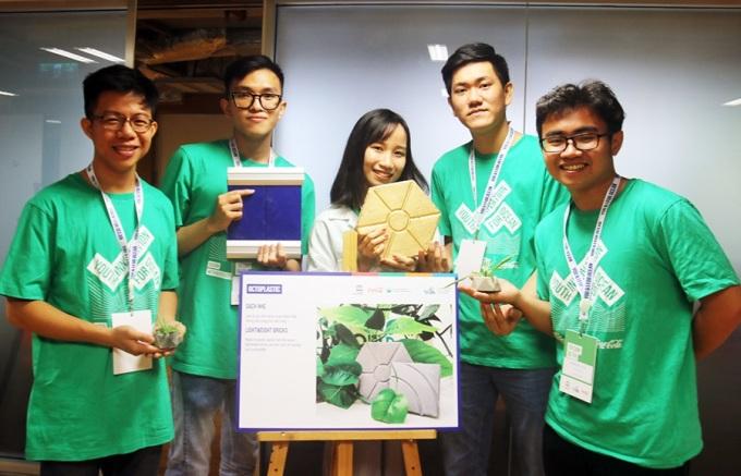 Thành viên nhóm nghiên cứu của dự án biến rác thải nhựa thành gạch. Ảnh: NVCC.