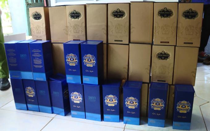 Số rượu giả được đóng hộp chuẩn bị đưa ra thị trường. Ảnh: Quang Bình.