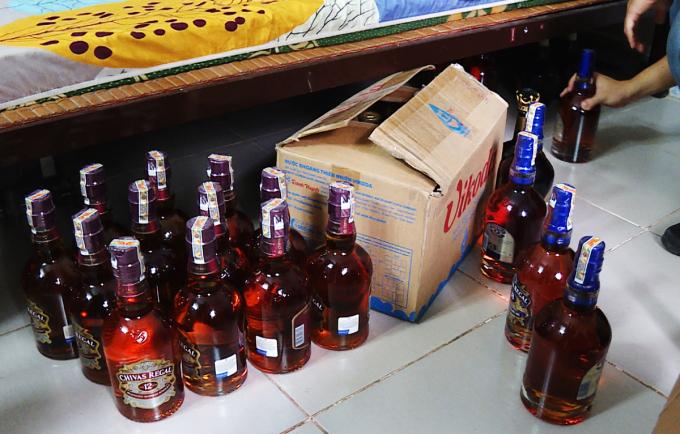 Rượu giả được cất dưới gầm giường trong công ty của ông Thế. Ảnh: Quang Bình.