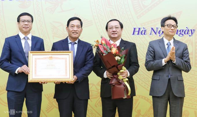 Phó Thủ tướng Vũ Đức Đam (bìa phải) trao bằng khen của Thủ tướng ghi nhận đóng góp của Bộ Khoa học và Công nghệ. Ảnh: Ngọc Thành.