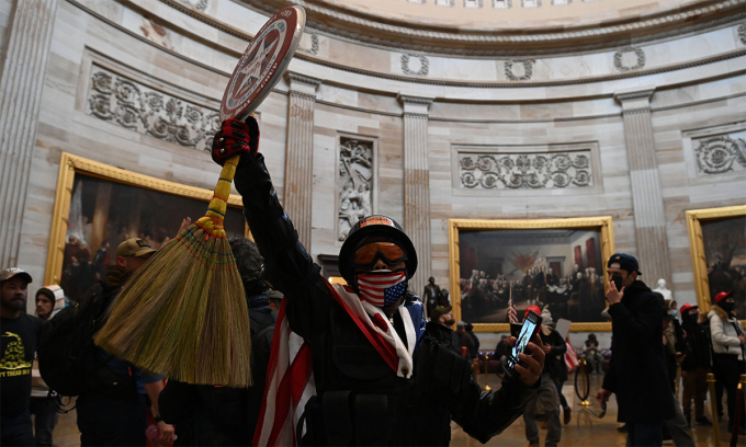 Người ủng hộ Trump tràn vào bên trong tòa nhà Quốc hội Mỹ, ngày 6/1. Ảnh: AFP.