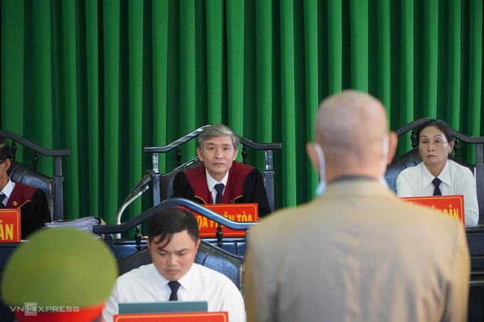 HĐXX hỏi bị cáo tại toà chiều 7/1. Ảnh: Trần Hoá.