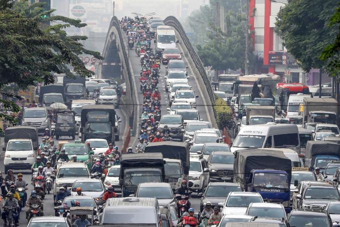 Kẹt xe ở cầu vượt Hoàng Hoa Thám (quận Tân Bình), gần khu vực sân bay Tân Sơn Nhất. Ảnh: Quỳnh Trần.