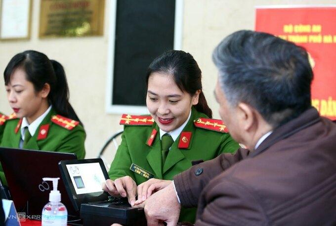Công an Hà Nội thu thập dữ liệu để làm căn cước công dân gắn chip, ngày 31/12/2020. Ảnh: Bá Đô