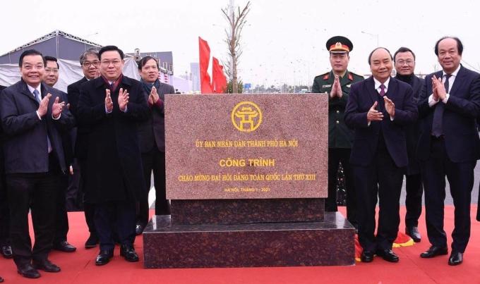 Thủ tướng Nguyễn Xuân Phúc cùng các đại biểu tham dự lễ khánh thành gắn biển công trình chào mừng Đại hội XIII của Đảng cho dự án. Ảnh: Võ Hải
