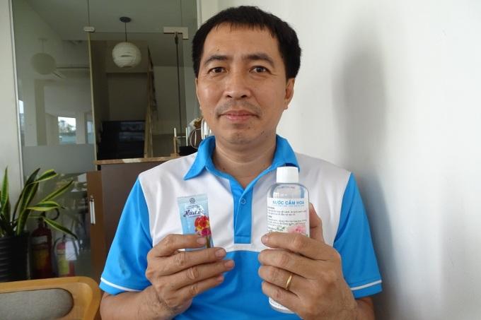 Anh Lê Trung Hiếu, tác giả sáng chế nước cắm hoa sử dụng ion đồng. Ảnh: Hà An.