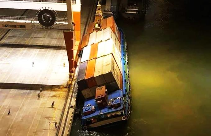 Sà lan Tây Nam 02 bị nghiêng khi đang được xếp container. Ảnh: Độc giả cung cấp.