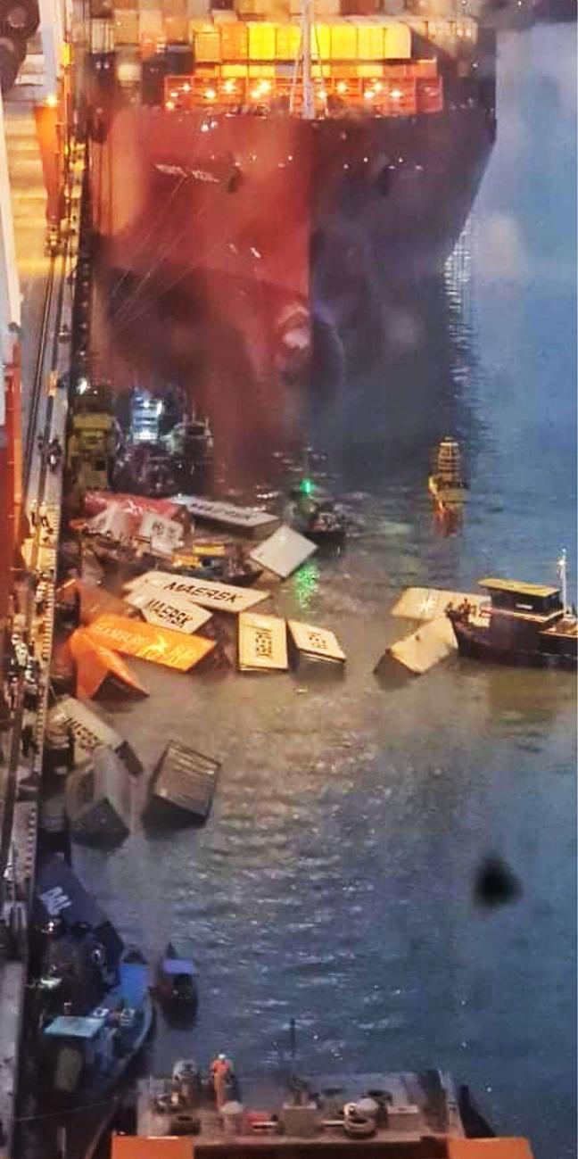 Các container đựng bông gòn ép bị rơi xuống sông Cái Mép. Ảnh: Độc giả cung cấp.