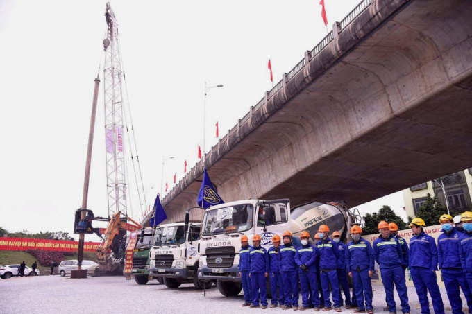 Công nhân và máy móc chuẩn bị khởi công công trình cầu Vĩnh Tuy 2. Ảnh: Võ Hải.