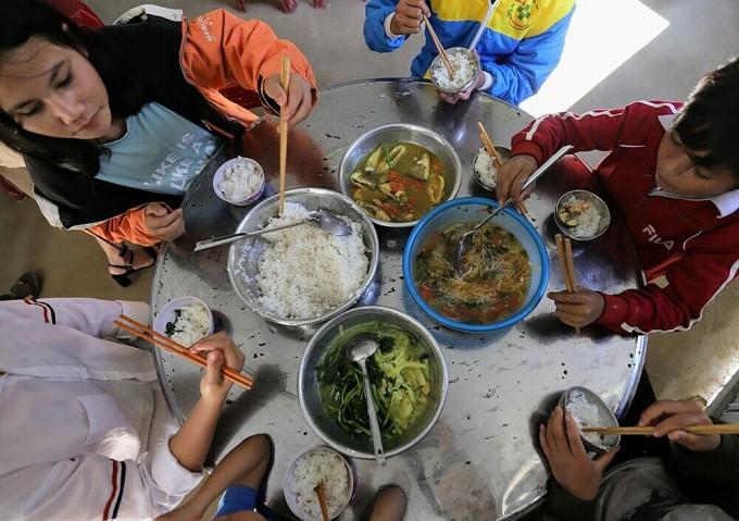 Bữa ăn ngày cuối năm của học sinh nội trú vùng sạt lở và lũ lụt ở Quảng Nam. (Ảnh: Nguyễn Đông)